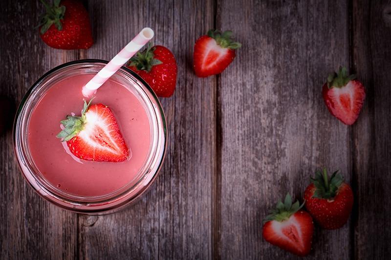 """Детокс сок """"Сладкая жизнь"""" делается из клубники и яблока с добавлением лимонного сока"""