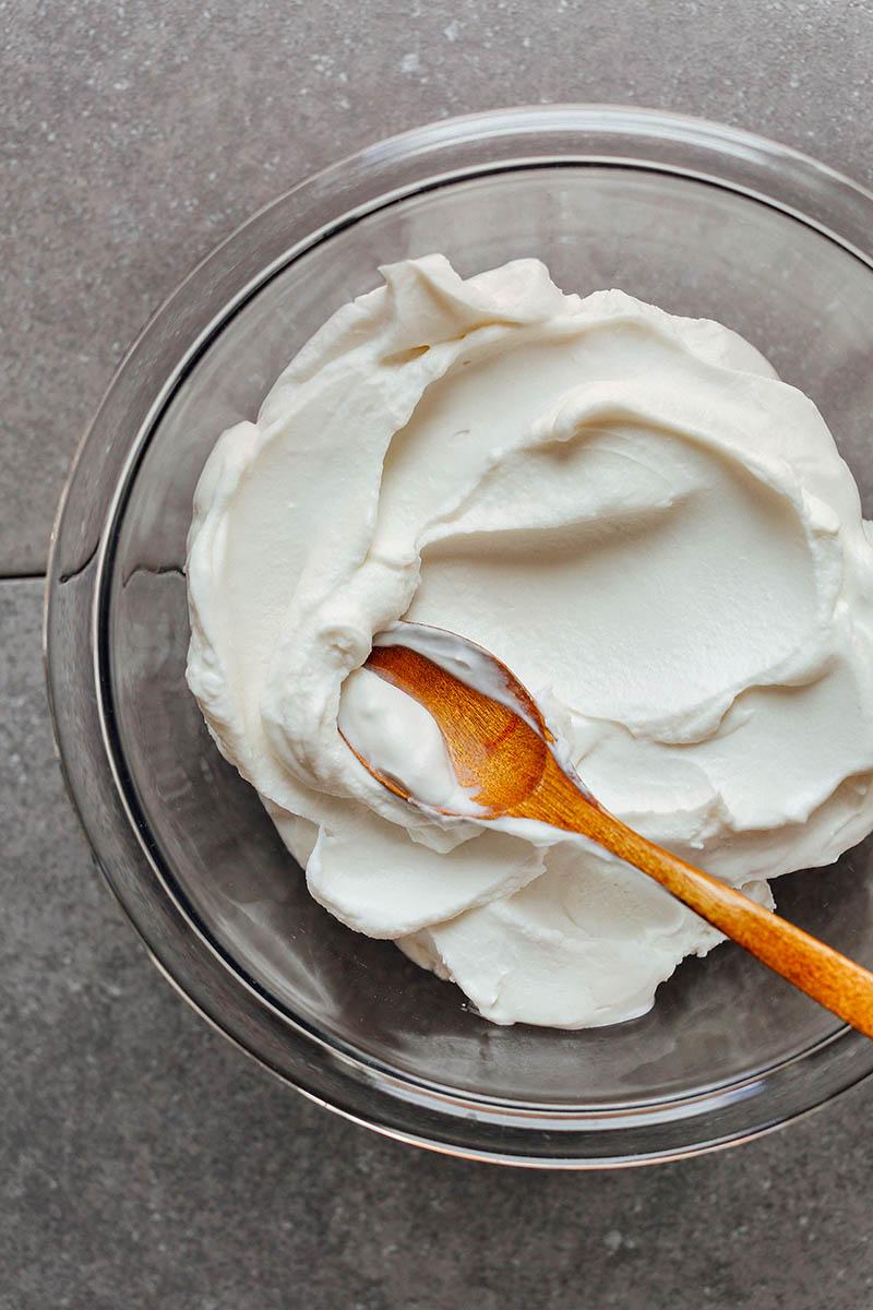 Кокосовый йогурт выглядит так же как обычный, но готовится дольше, так как процесс брожения в растительном молоке несколько удлинен
