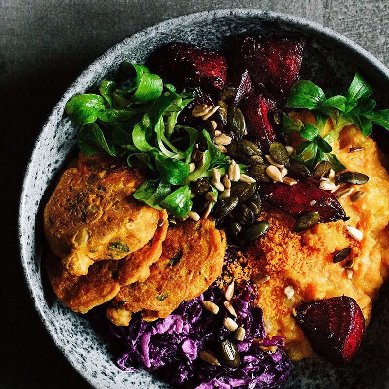 Веганский боул с жареной свеклой, пюре из сладкого картофеля, салатом из красной капусты