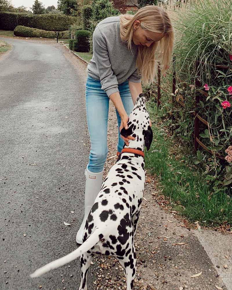 Татьяна Корсакова гуляет со своей собакой