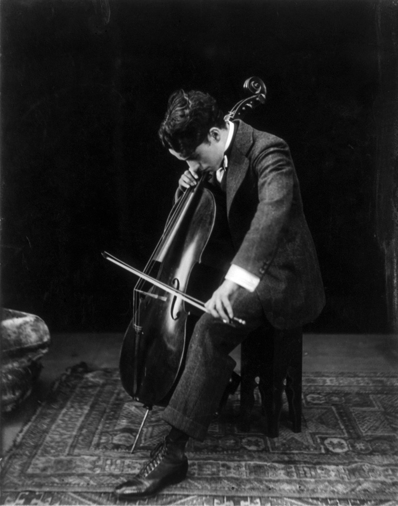 Чарли Чаплин играет на виолончели