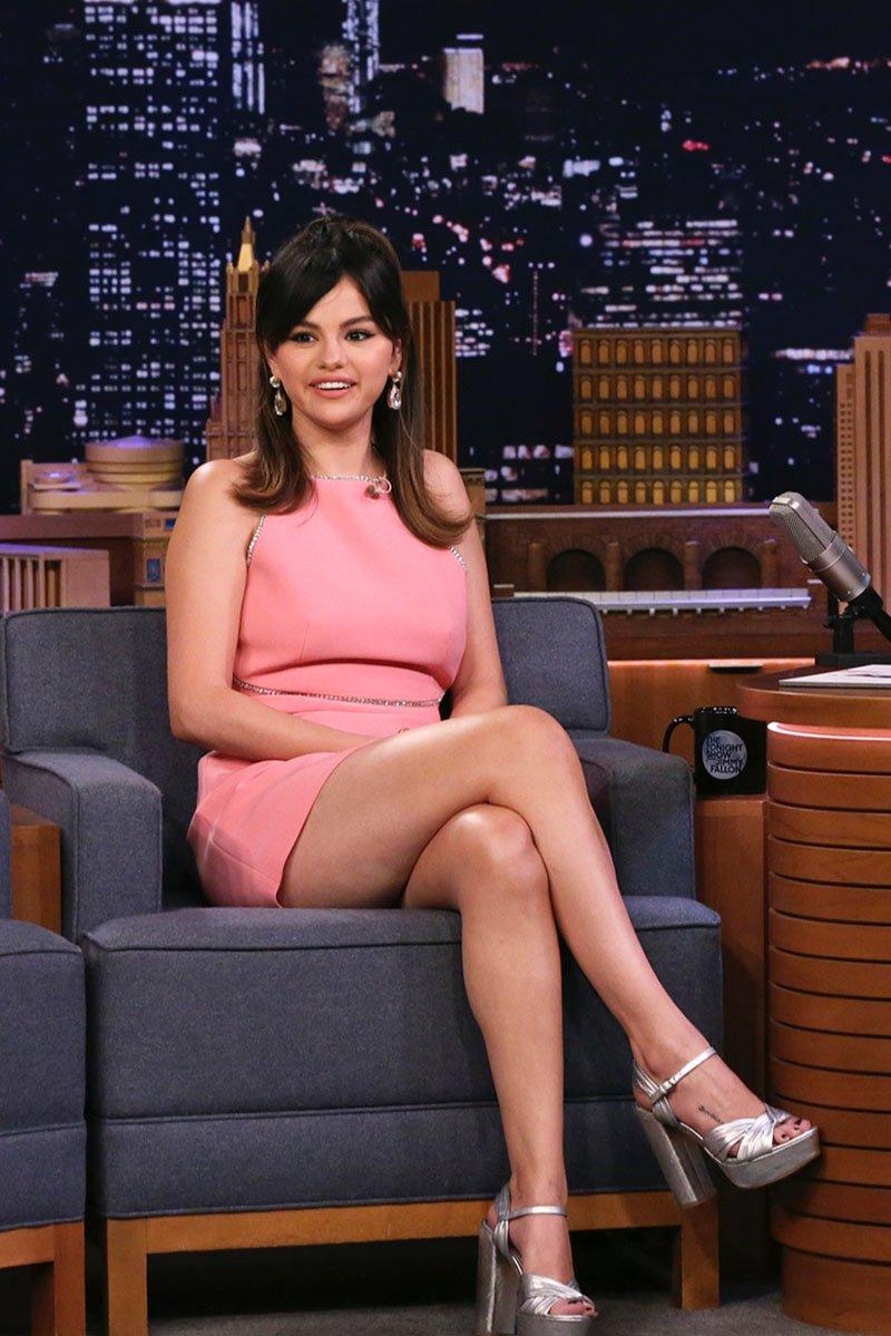 Селена Гомез в мини-платье